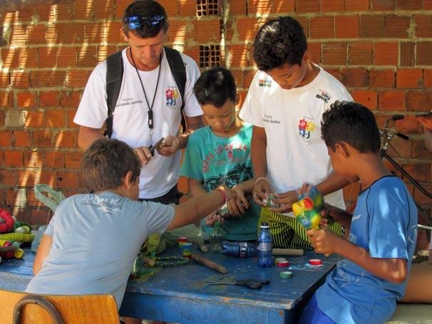 Crianças aprendem a reaproveitar material descartável para produzir instrumentos musicais  (Foto: Katylenin França/TV Clube)