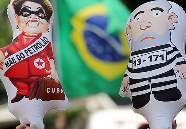 Ambulantes vendem bonecos da presidente Dilma Rousseff e do ex-presidente Luiz Inácio Lula da Silva durante protesto na Avenida Paulista (Foto: Paulo Whitaker/REUTERS)