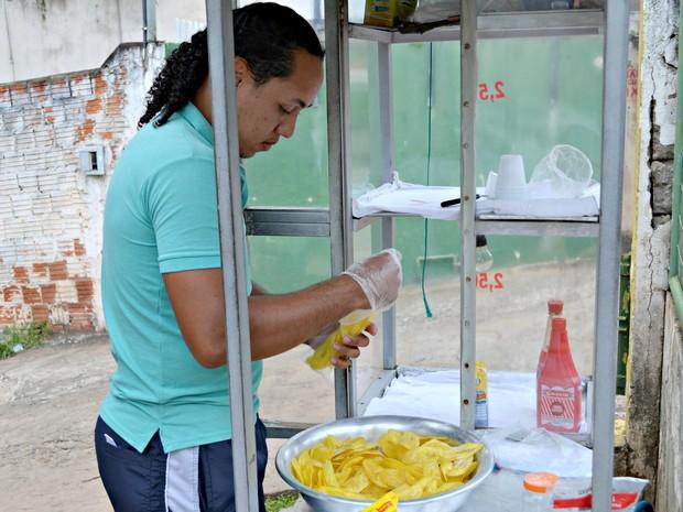 Bruno passou a trabalhar ao lado do pai há sete anos  (Foto: Quésia Melo/G1)