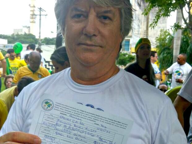 Representante comercial colhe assinaturas para projeto de iniciativa popular (Foto: Lislaine dos Anjos/ G1)