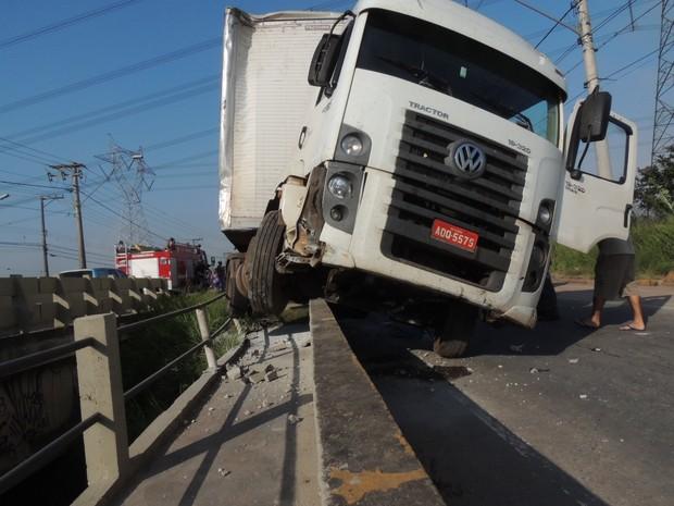 Carreta desgovernada assustou moradores em Mogi das Cruzes. (Foto: Jamile Santana/G1)