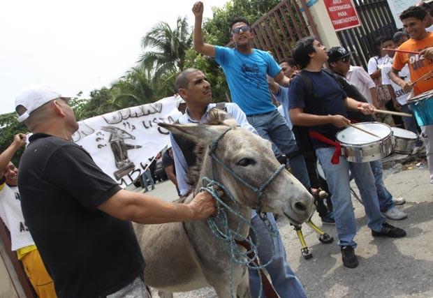 Partidários cercam o Senhor Burro nesta quinta-feira (15) na cidade equatoriana de Guayaquil (Foto: AP)