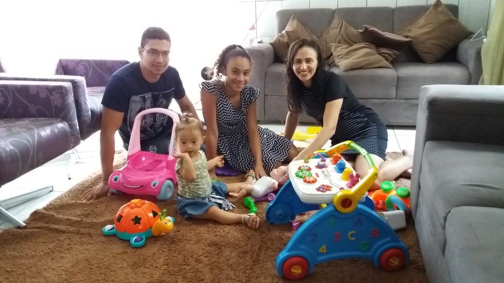 Claudia  ao lado dos 3 filhos em Cacoal (Foto: Fernanda Bonilha/G1)