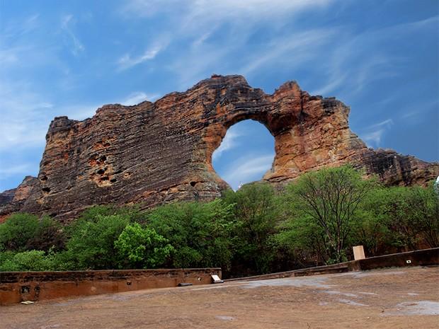 A Pedra Furada na Serra da Capivara é um dos pontos mais visitados do parque (Foto: Pedro Santiago/G1)