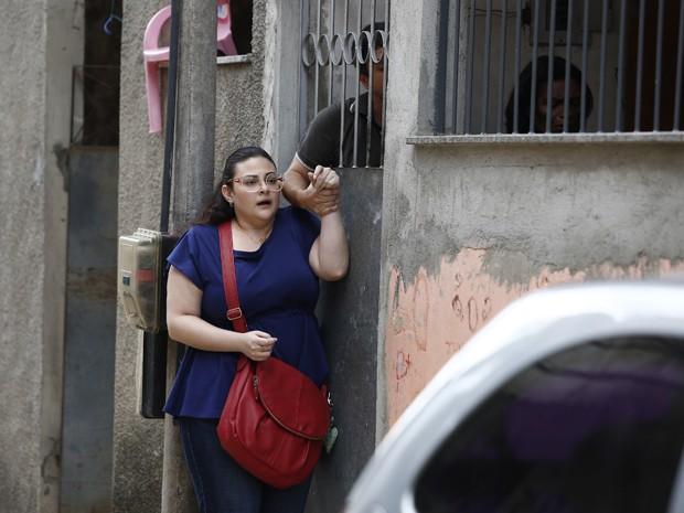 Depois de entregar o dinheiro, ela é 'presa' pelo traficante (Foto: Raphael Dias/ Gshow)