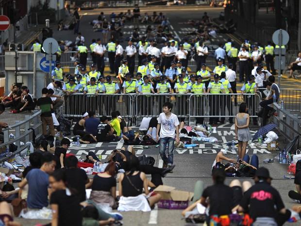 Manifestantes bloqueiam rua próxima a sede do governo de Hong Kong, na China. Dezenas de milhares de ativistas pró-democracia estenderam o bloqueio de ruas, estocando suprimentos e erguendo barricadas improvisadas (Foto: Carlos Barria/Reuters)