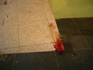 Marcas de sangue ficaram espalhadas pela farmácia (Foto: Reprodução/ TV Gazeta)