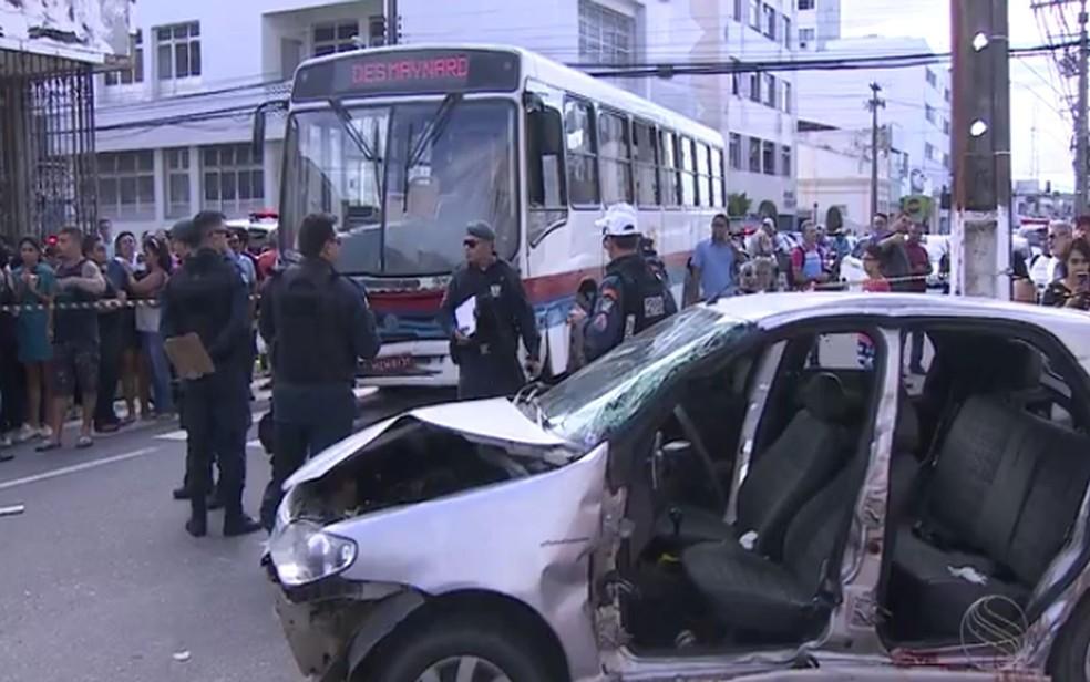 Veículo bateu em um ônibus no Centro de Aracaju (Foto: Reprodução/TV Sergipe)