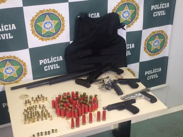 Polícia apreendeu farto armamento com Miltinho da Van (Foto: Cristina Boeckel / G1)