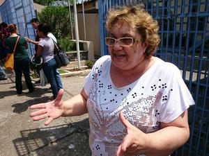 Regina Viana, diretora da escola, defendeu o projeto durante protesto (Foto: Jomar Bellini/G1)