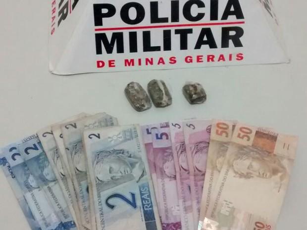 Drogas e dinheiro foram apreendidas com o rapaz (Foto: Divulgação PM)