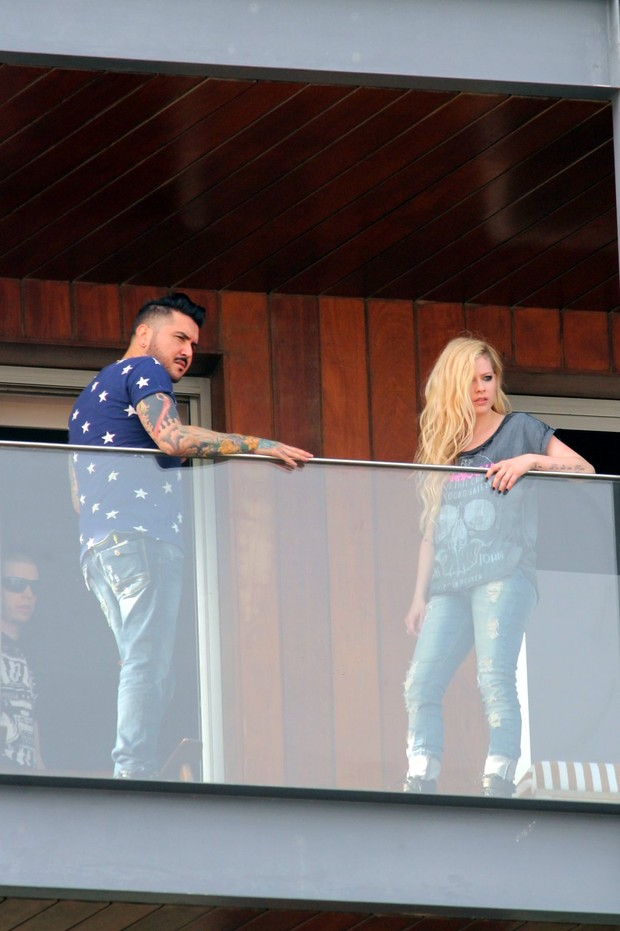 Avril Lavigne na sacada do hotel (Foto: Fábio Moreno / Foto Rio News)