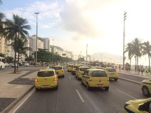 Taxistas ocuparam as três pistas da Avenida Atlântica em Protesto (Foto: Janaína Carvalho/G1)