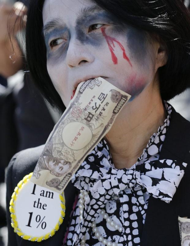 Os manifestantes também protestaram contra o plano do governo japonês de voltar a usar energia nuclear após a crise de Fukushima em 2011. O protesto ocorre um dia após a empresa responsável pela usina nuclear admitir que minimizou os riscos de um acidente com medo de ter prejuízos (Foto: Kim Kyung-Hoon/Reuters)