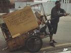 'Quero e preciso', diz catador que usa placa em carrinho para pedir trabalho