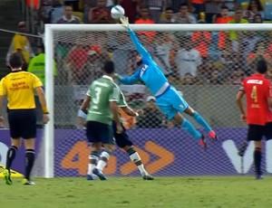 Danilo Fernandes, goleiro do Sport, defende cabeçada de Antônio Carlos, do Fluminense