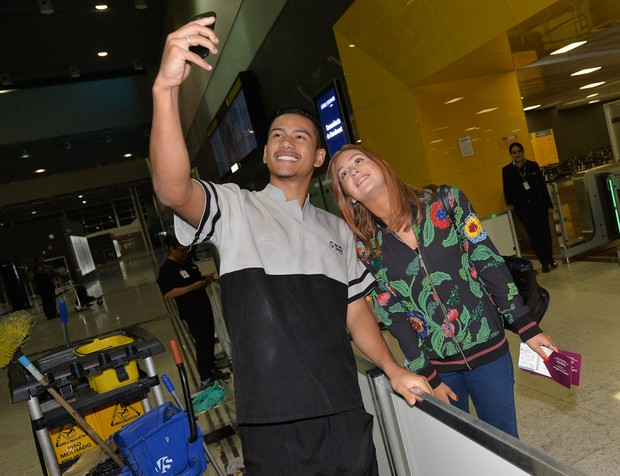 Marina Ruy Barbosa posa para selfie (Foto: Francisco Cepeda / AgNews)