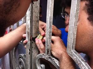 Portão da frente foi trancado com cadeado (Foto: Walter Paparazzo/G1)