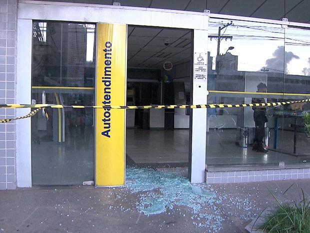 Porta da agência bancária foi estilhaçada pelos criminosos (Foto: Imagens / TV Bahia)