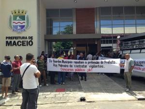 Guardas municipais também pedem realização de concurso público e são contra a terceirização da categoria. (Foto: Natália Souza/G1)