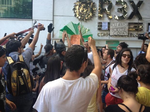 Manifestantes colocam funk em porta de shopping durante 'rolezinho (Foto: Daniel Silveira/ G1)