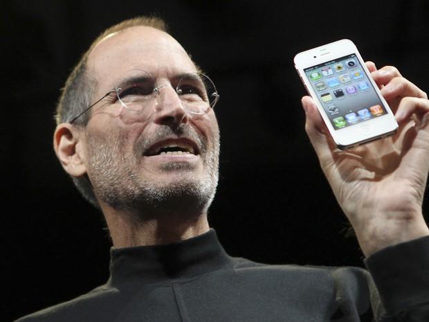 Steve Jobs apresentou nesta segunda-feira (7) a quarta geração do iPhone. (Foto: Robert Galbraith/Reuters)
