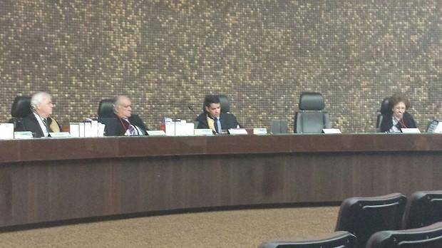 Sérgio Jucá (à esq.) assiste à sessão que julgou recurso da ALE (Foto: Ascom/MP)