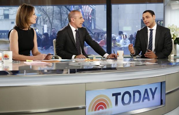 AJ Clemente aparece conversando com Savannah Guthrie e Matt Lauer durante a exibição do 'Today Show' (Foto: Peter Kramer/NBC/AP)