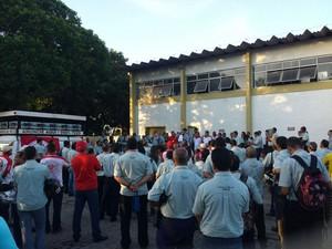 Funcionários fazem assembleia no pátio da empresa Piedade (Foto: Heliana Gonçalves/Tv Gazeta)