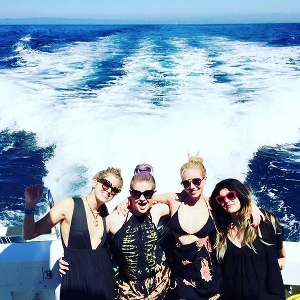 Kelly Osbourne com amigas em passeio de barco na Califórnia, nos Estados Unidos (Foto: Instagram/ Reprodução)