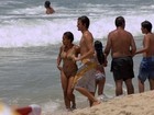 Felipe Dylon e Aparecida Petrowky curtem praia em clima de romance