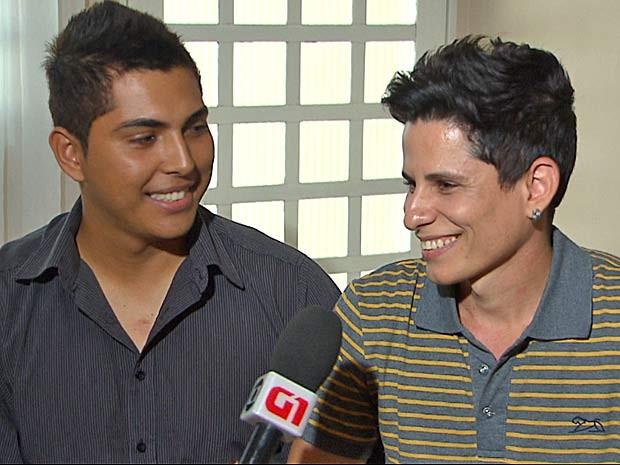 O administrador Éder Souza e o estudante Sérgio Camargos, que celebram união civil neste sábado (10) em cerimônia coletiva no São João do Cerrado, no Distrito Federal (Foto: TV Globo/Reprodução)