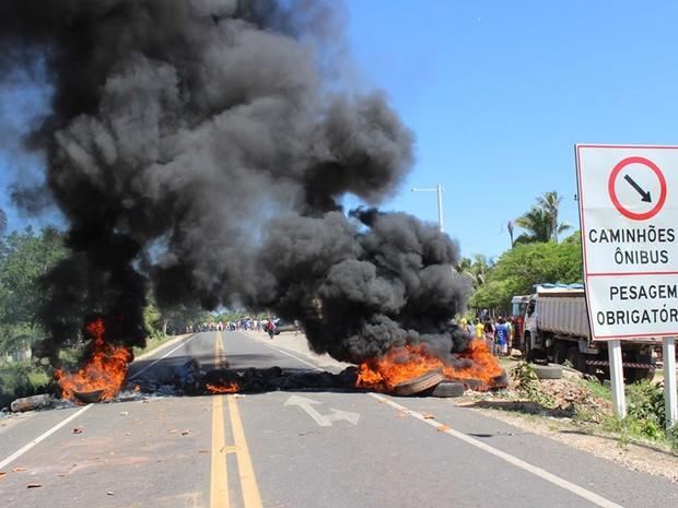 Manifestante atearam fogo em pneus e interditaram rodovia no Piauí (Foto: Gil Oliveira/ G1)