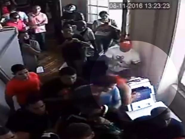 Imagens de câmeras flagraram homem derrubando a máquina de cópias da Alerj (Foto: Reprodução/Globo)