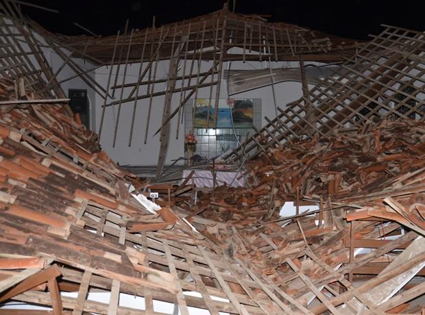 Teto da igreja desabou completamente, ferindo pessoas que estavam participando de um culto na noite desta quinta-feira (18) (Foto: Walter Paparazzo/G1)