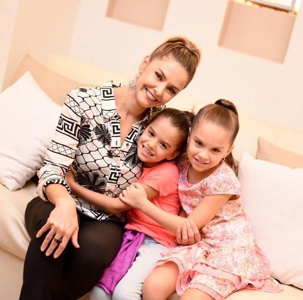Bianca Rinaldi e as filhas gêmeas (Foto: Divulgação )
