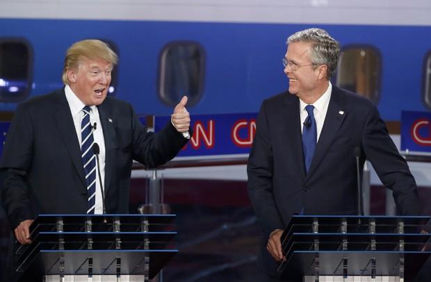 Donald Trump faz sinal de positivo para Jeb Bush após uma resposta sobre a escolha de apelidos pelos quais os candidatos gostariam de ser chamados pelo Serviço Secreto, durante debate promovido pela CNN na quarta (16) (Foto: Reuters/Lucy Nicholson)