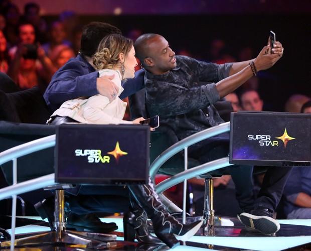Sandy, Thiaguinho e Paulo Ricardo fazem selfie nos bastidores do SuperStar (Foto: Isabella Pinheiro / TV Globo)