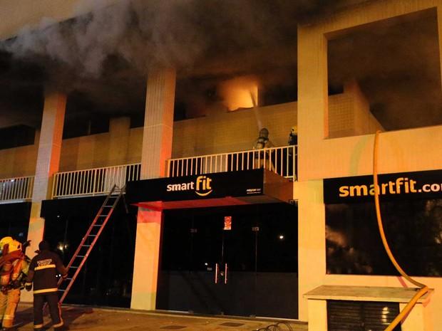 Bombeiros combatem incêndio em prédio do Centro de Atividades 2 do Lago Norte, em Brasília, nesta terça-feira (21) (Foto: Corpo de Bombeiros DF/Divulgação)