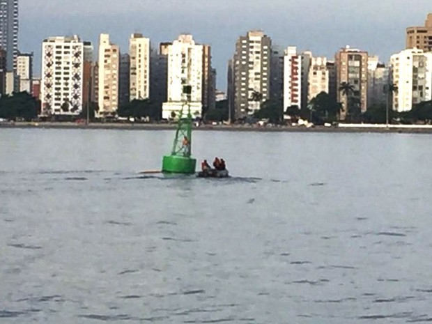 Praticante de stand up paddle foi resgatado de boia pela Marinha no canal do Porto de Santos, SP (Foto: Divulgação/Marinha do Brasil)