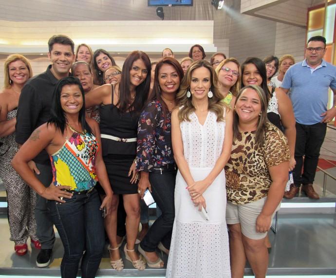 Dupla de apresentadores tira foto com a plateia (Foto: Priscilla Massena/Gshow)