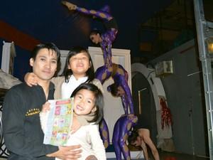 O acrobata Ambra Yadamatso, do circo Tihany, em Campinas com as filhas (Foto: Lana Torres / G1)