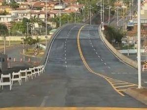 Viaduto que liga as avenidas Agostinho Prada e Antonio Cruanes Filho, em Limeira (SP), é alvo de campanha por não reservar espaço para pedestres (Foto: Reprodução/EPTV)
