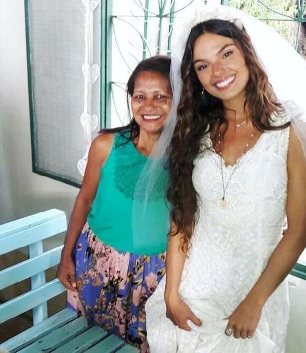 Isis Valverde vestida de noiva para gravação da novela A Força do Querer (Foto: Reprodução/Instagram)
