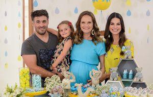 Fernanda Rodrigues ganha chá de bebê surpresa com decoração feita pela filha
