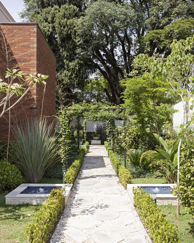 horta e jardim livro:Casa é rodeada por jardim com flores, horta e caminhos delicados