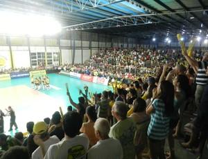 Torcida do Praia Clube no jogo contra o Sesi-SP (Foto: Fabiano Rodrigues/GLOBOESPORTE.COM)