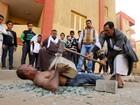 'Homem mais forte' do Egito come prego e puxa caminhão com dentes