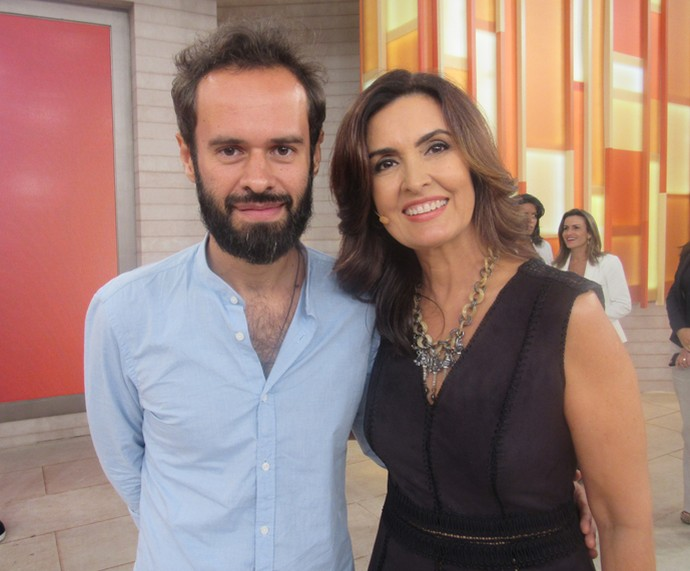 Marcelo Jeneci com a apresentadora nos bastidores  (Foto: Priscilla Massena/Gshow)
