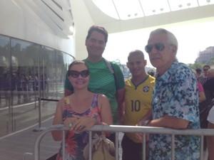 Os primeiros a chegar na fila, às 8h03, foram os amigos Monica Lahmann e André Vaz (camisa verde) (Foto: Lívia Torres / G1)